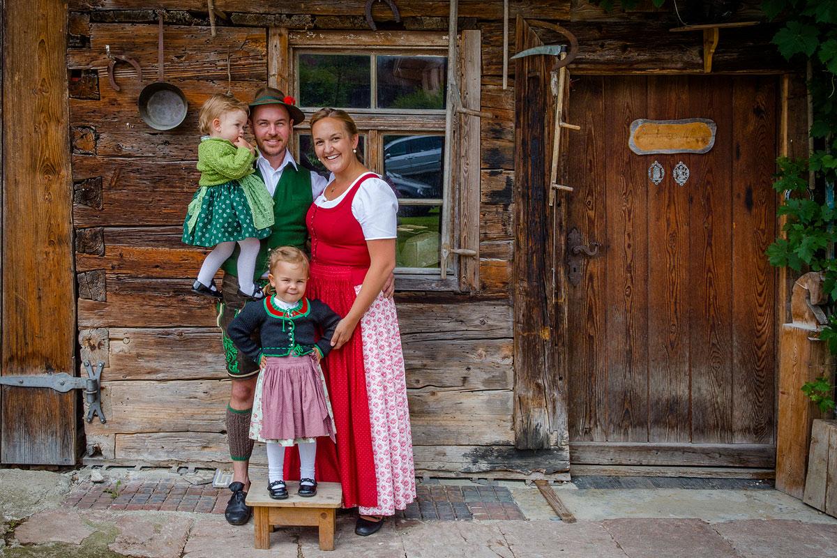 Ihre Gastgeber Michael und Anna Maurer mit Kinder